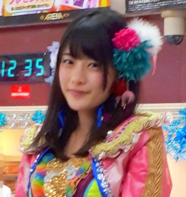 4 トークショー中の神谷えりなさん (加工後の画像).png